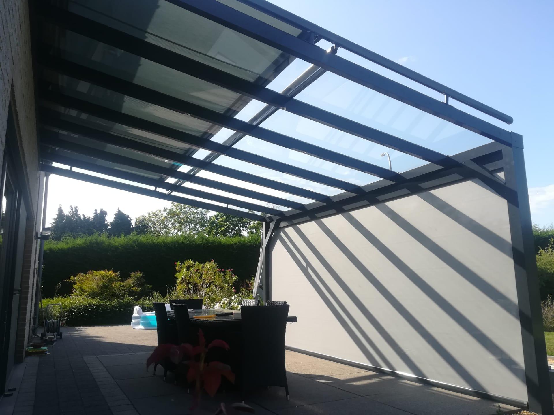 Dakconstructie / Overkapping met dakdekking in glas, gecombineerd met dakscherm en screen